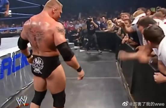 WWE布洛克·莱斯纳欺负欺负美女