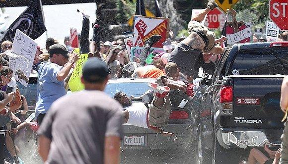 2017年8月12日,夏洛茨维尔购物中心,一辆汽车冲进了抗议人群。《每日进步》 Ryan Kelly凭此获得突发新闻摄影奖。来源:视觉中国