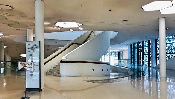 在qfis的入口广场和内部空间均有涓涓细水长流,水元素的使用源于图片