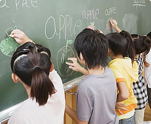 日本小学生正在学习英语。(新华社)
