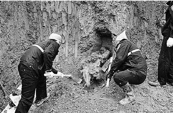 警方在挖掘现场寻找受害人。
