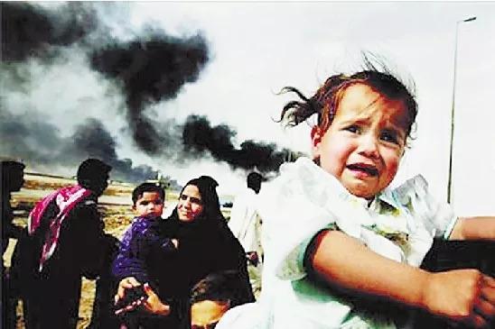 战火中,哭泣的伊拉克女孩。