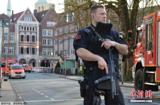 撞人事件发生后,明斯特警方迅速封锁了现场,并派出大批救援人员对伤员进行救治。