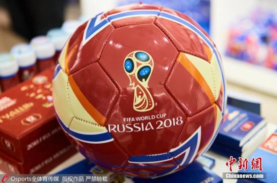 资料图:纪念品商店里的足球。 图片来源:全体育图片社