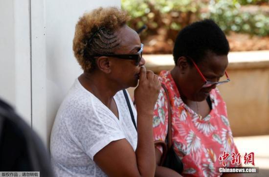 埃塞俄比亚航空公司发言人称,埃航ET302航班上所有乘客和机组人员都在坠机事件中丧生,遇难者来自33个国家。图为等待消息的乘客家属。