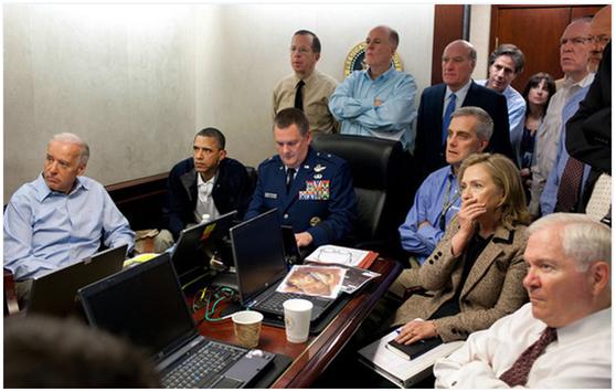 """奥巴马在战情室收看""""刺杀拉登""""。"""