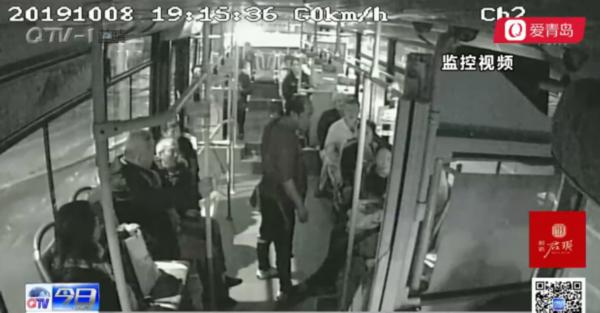 男子酒后大闹36路公交车 不仅霸着车门还骂人