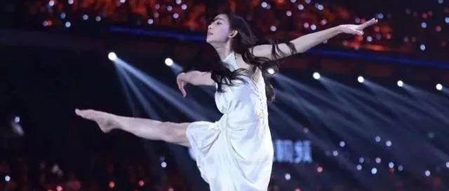 林志玲上跨年晚会光脚给网红伴舞被说掉档次,网友:给网红做陪衬,如此图片