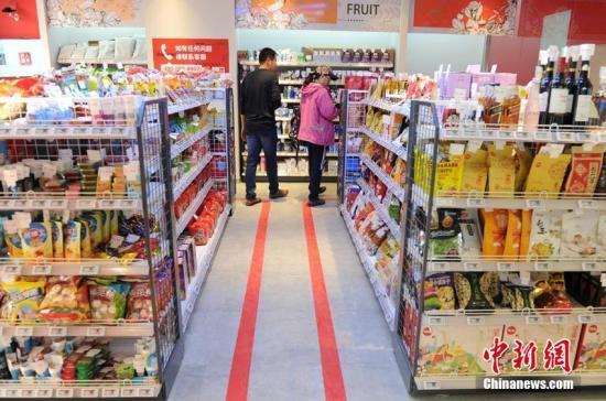 资料图:顾客在无人超市内选购商品。刘栋 摄