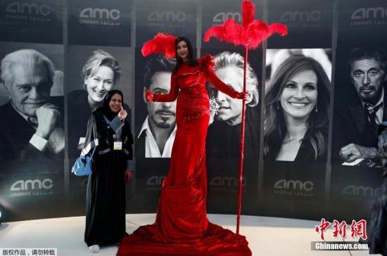 當地時間2018年4月18日,沙特阿拉伯的首傢商業電影院在利雅得開業,漫威電影《黑豹》將成?該國35年來首次公映的商業電影。圖?沙特民?在電影院門口與演員合影。