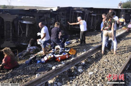 土耳其火车脱轨致至少10人死亡 暴雨或为事故肇因
