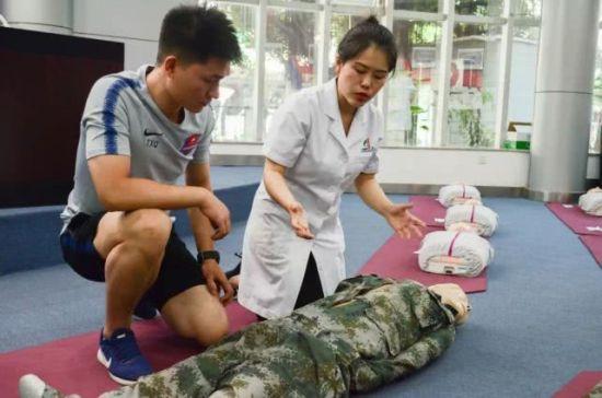 西南医院专家到重庆斯威队开展医疗急救知识讲座