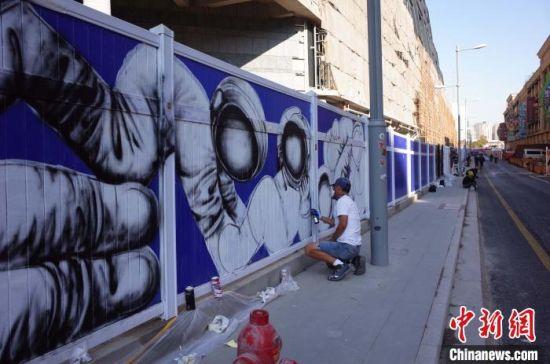海内外涂鸦街头艺术家以城市为画布 打造上海最美一公里