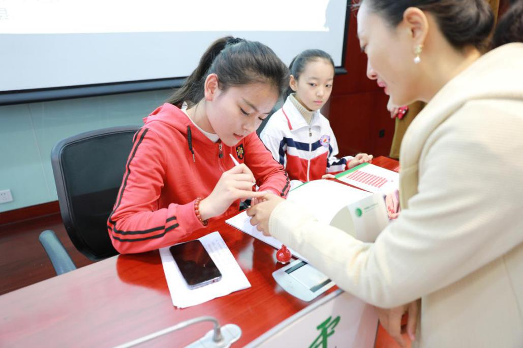 公益微电影《红指甲》发布 倡议全社会关爱留守儿童