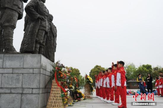 资料图:4月5日,小学生在纪念馆向烈士敬献鲜花。中新社记者 张娅子 摄