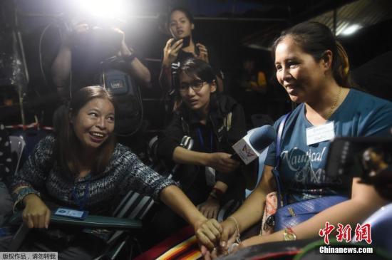 泰国现场守候的失踪者家属得知生还的消息后破涕为笑。