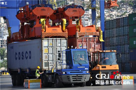 """超大型集装箱船""""中远海运室女座""""轮停靠希腊比雷埃夫斯港装卸货物"""