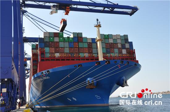 """超大型集装箱船""""中远海运室女座""""轮抵达希腊比雷埃夫斯港装卸货物 图源见水印 下同"""