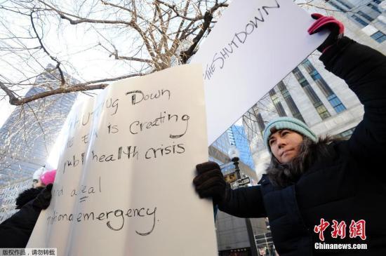 资料图:当地时间1月11日,美国政府雇员和相关民众在波士顿的联邦政府大楼附近举行集会呼吁结束政府关门状态。