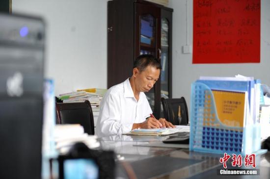 材料图:据守贵州黄仄33年的村落西席杨迅。 中新社记者 贺俊怡 摄