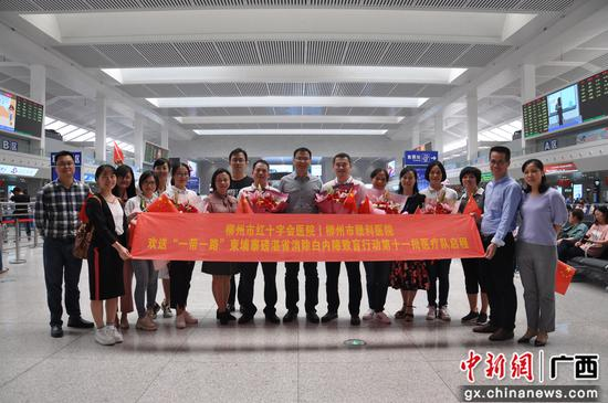 广西柳州6名眼科专家赴柬埔寨援医白内障复明手术