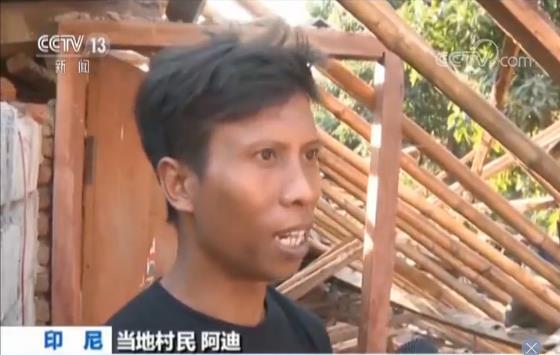 印尼地震后 父亲冒着危险冲进废墟徒手挖出儿子