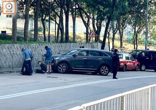 港媒:香港劫匪开车撞警 警员开枪截停抓7人