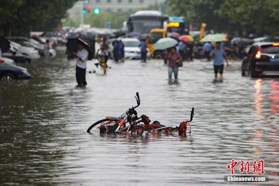 资料图:持续暴雨导致城市路段严重积水。泱波 摄