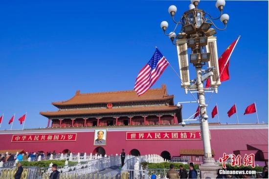 北京天安门前悬挂起的中美两国国旗。中新社记者 贾天勇 摄
