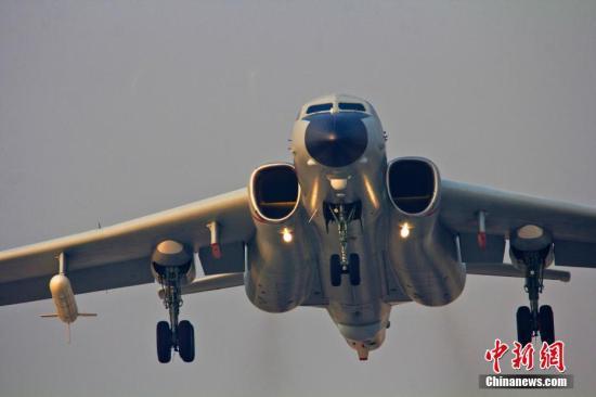 资料图:图为轰-6k战机从华东某机场快速起飞。中新社发 张海深 摄