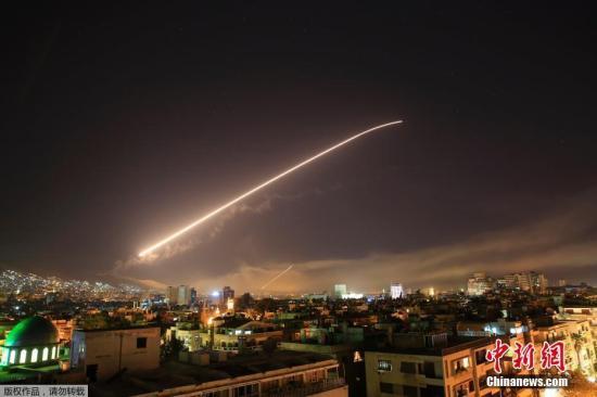 """当地时间4月13日晚,美国联合英国和法国对叙利亚军事设施实施精准打击。叙利亚首都大马士革空中传来巨大爆炸声。美国防部长马蒂斯证实,空袭共打击了3个据点:分别为:大马士革地区科研中心,叙利亚西部城市霍姆斯以西的化武据点,以及一个重要的""""军事指挥部""""。"""