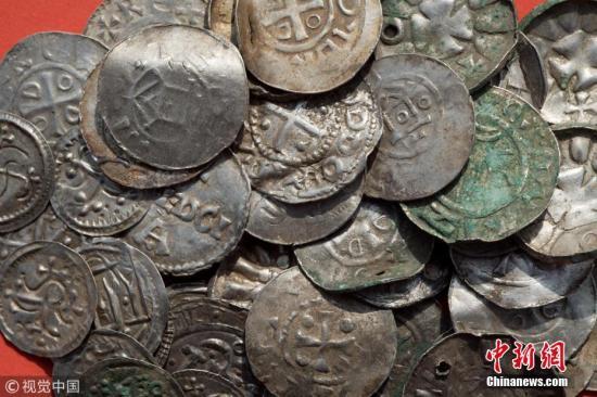 """近日,德国沙普罗德,一名业余考古学家和一名13岁男孩挖掘出一个""""重要""""宝藏,可能属于丹麦传奇国王哈拉尔蓝牙王。之后,该地区考古局在周末展开400平方米的挖掘工作。 图片来源:视觉中国"""