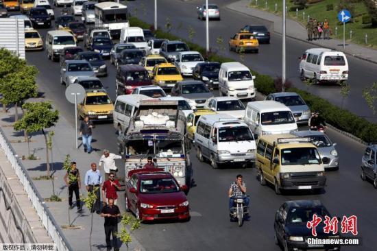 当地时间2018-05-20,叙利亚大马士革公路上的车辆来往,在遭美英法联军空袭后,大马恢复平静。当地时间14日凌晨,美国等国对叙首都大马士革发起军事行动。