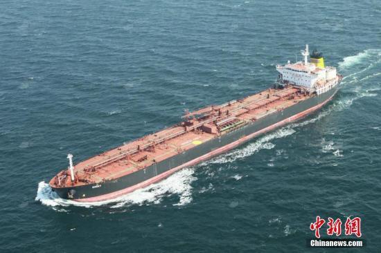 """资料图:全船装载着58558.239吨汽油的""""金妮(GINNY)""""号油轮离泊大连港新港码头,这是大连港开港以来最大的一船出口成品油,刷新单批次最大出口成品油记录。文/杨毅文 图/史琼琳"""