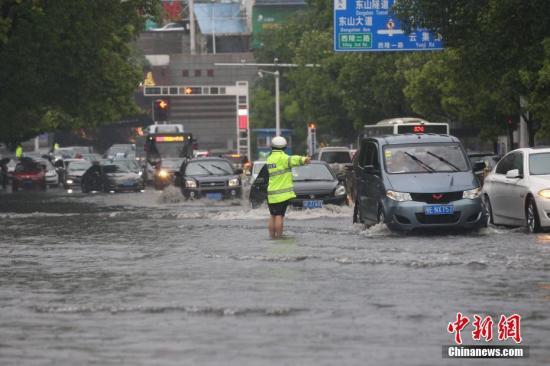 资料图:2018年4月22日下午,湖北宜昌突降暴雨,造成市内多路段积水,内涝严重。朱华刚 摄