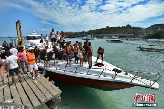 资料图:印尼度假胜地巴厘岛,不少旅客聚集在海边准备租船出海游玩。