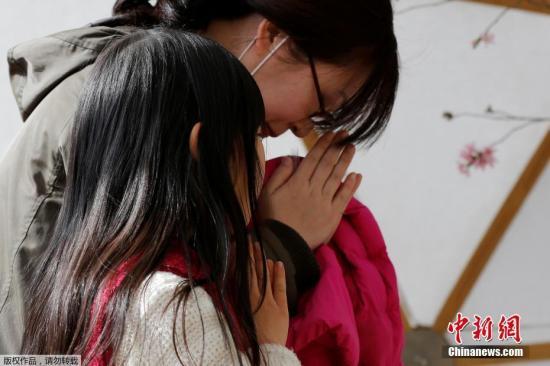 当地时间2018-07-16,日本民众悼念地震和海啸灾难遇难者,纪念2011年大地震六周年。图为日本民众在东京的祭奠处祭奠遇难者。