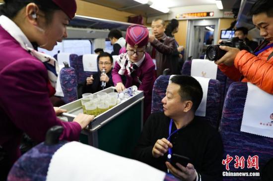 资料图:动姐在动车上服务。中新社记者 贺俊怡 摄