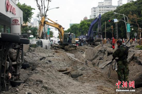 资料图:2014年8月1日,台湾高雄市前镇区气爆废墟,场景惨烈,显见气爆威力巨大。黄少华 摄