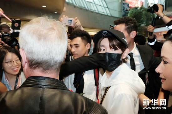 王源受邀抵达戛纳 尼斯机场人气爆棚