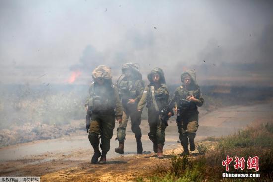 资料图:去年12月6日,美国总统特朗普宣布美方承认耶路撒冷为以色列首都,遭到巴方强烈反对。今年3月30日,哈马斯组织巴勒斯坦民众在加沙地带与以色列交界处举行大规模示威。一个多月来,巴勒斯坦民众与以军冲突不断。图为加沙地带的以色列士兵。