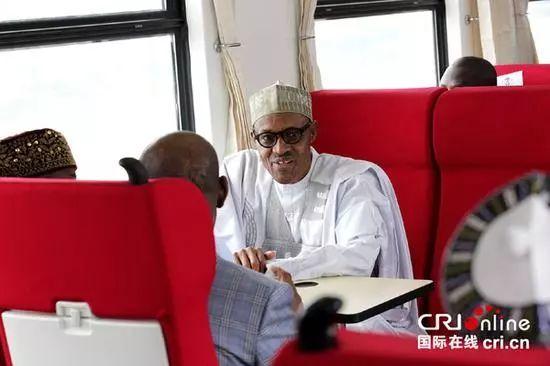 资料图片:2016年7月,非洲首条中国标准铁路尼日利亚阿卡铁路正式运营。图为尼日利亚总统布哈里试乘阿卡铁路列车。