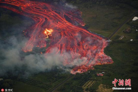 """当地时间5月19日,美国夏威夷火山持续喷发,炽热熔岩流淌,似""""末日""""景象。 图片来源:东方IC 版权作品 请勿转载"""