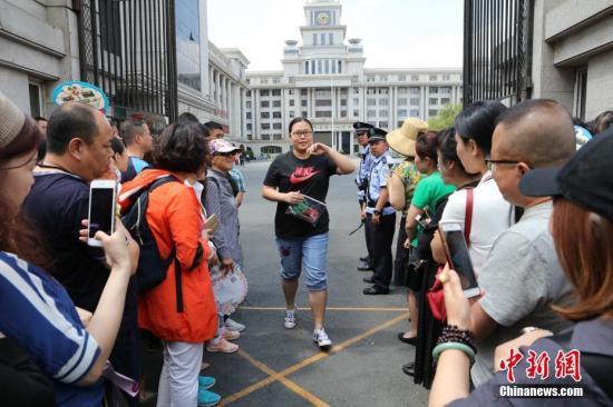 6月7日,2018年高考第一场语文考试结束,考生们陆续走出考场。中新社记者 于琨 摄