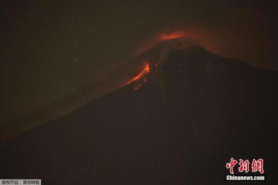 资料图:当地时间6月3日,危地马拉富埃戈火山喷发,周边居民被连夜紧急疏散。