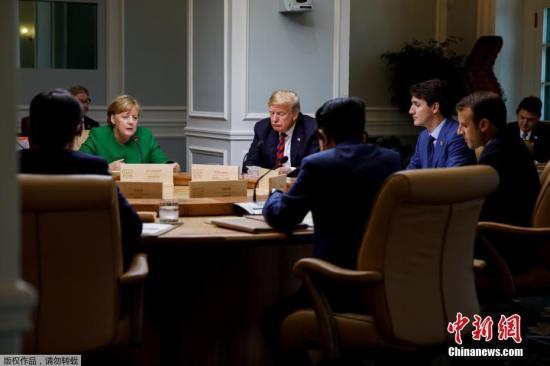 七国集团(G7)峰会8日在加拿大开幕,图为默克尔(左)、特朗普(中)及加拿大总理特鲁多(右)等进行讨论。