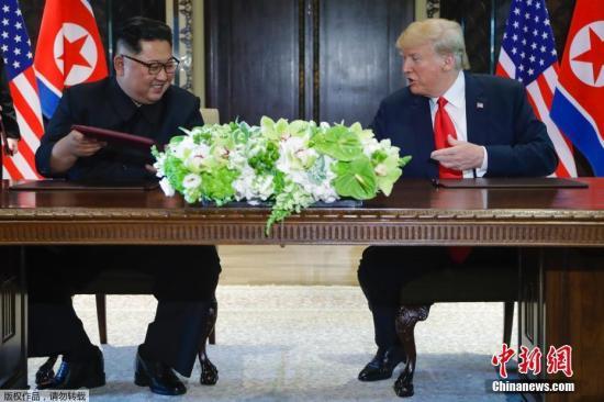 图为朝美峰会联合声明签署仪式现场。