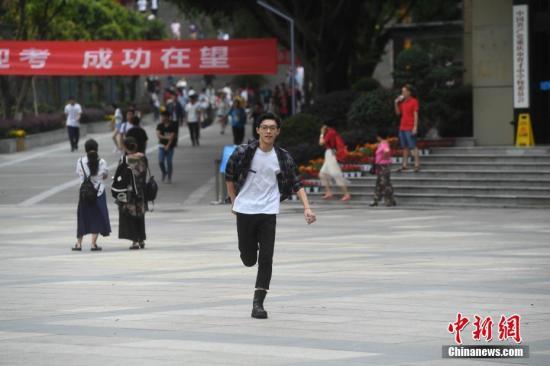 资料图:高考结束,一名考生从考场跑出。 中新社记者 陈超 摄
