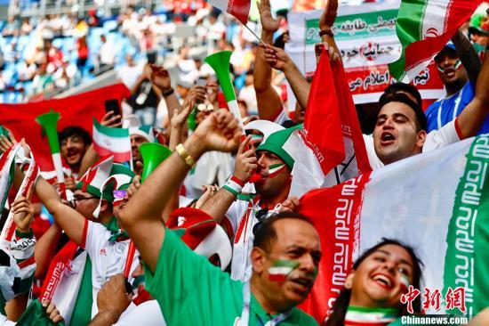 2018年俄罗斯世界杯B组首轮于6月15日晚在圣彼得堡体育场打响,摩洛哥对阵伊朗。图为现场的伊朗球迷。 中新社记者 富田 摄