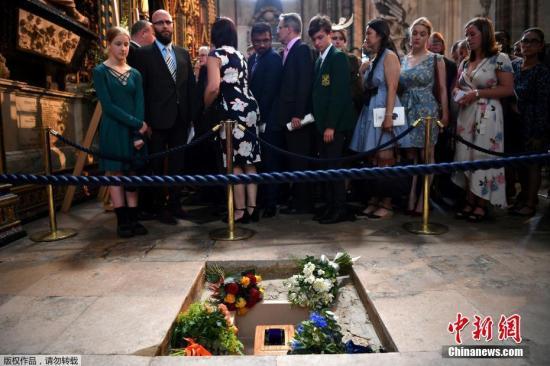 資料圖:當地時間2018年6月15日,已故英國科學傢霍金的追悼和骨灰安葬儀式在倫敦西敏寺大教堂舉行。